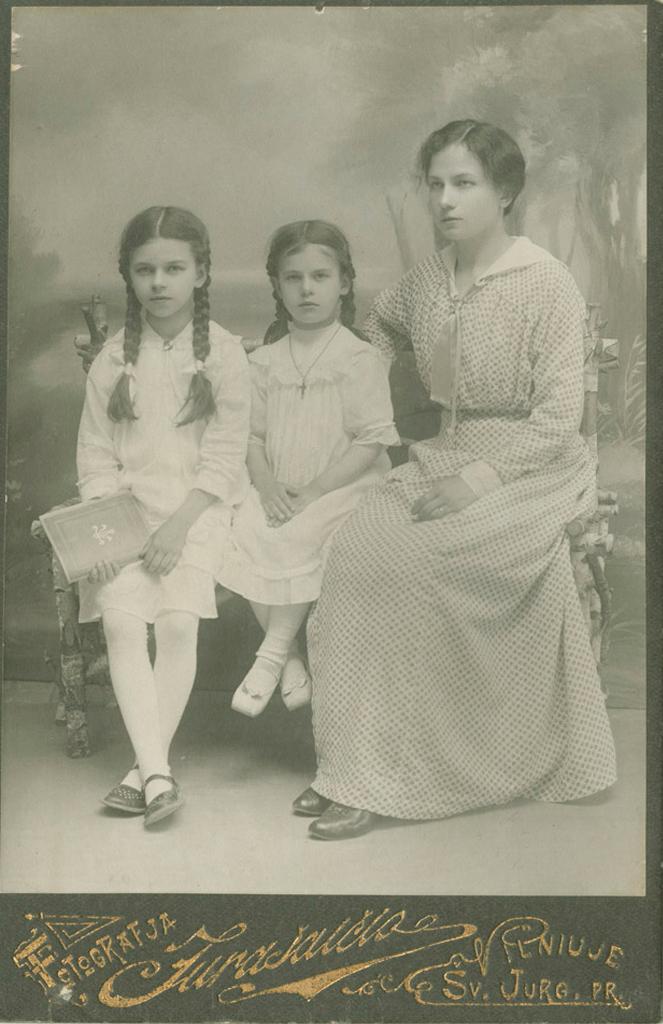 Marija Piaseckaitė-Šlapelienė su savo mergaitėmis - Laimute ir Gražute.