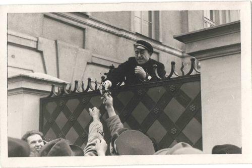 Vilnių atgavus. Lietuviai studentai arkivyskupo rūmuose. 1939 m. Fotografas Julius Miežlaiškis. Vilniaus universiteto studentai lietuviai iš arkivyskupo rūmų perduoda Vilniaus katedros raktus, kurių nenorėjo atiduoti tuometinis Vilniaus arkivyskupas Romualdas Jalbžykovskis.