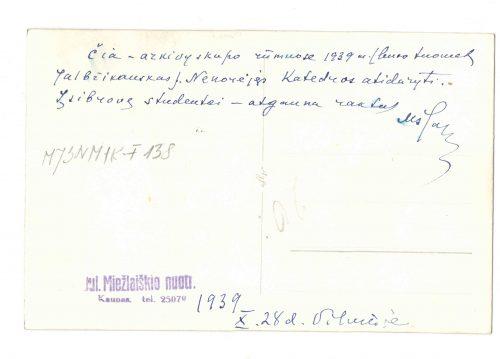 """Antroje nuotraukos pusėje Marijos Šaleplienės užrašyta mėlynu rašalu: """"Čia – arkivyskupo rūmuose 1939 m. (buvo tuomet Jalbžikauskas). Nenorėjęs Katedros atidaryti. Įsibrovę studentai – atgauna raktus. 1939 m. spalio 28 d. Vilniuje"""". Taip pat yra mėlynu rašalu atspaustas fotografo spaudas: """"Jul. Miežlaiškio nuotr. / Kaunas. tel. 25079""""."""