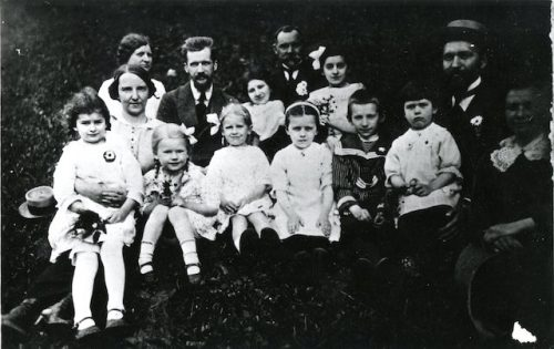 Šlapeliai su Biržiškų ir Matulaičių šeimynomis, 1914 m. Pirmoje eilėje iš dešinės: Marija Šlapelienė, Jurgis Šlapelis, ant kelių jam sėdi Gražutė Šlapelytė, Kęstutis Matulaitis (Keika), Laimutė Šlapelytė, abi Biržiškaitės, Branislava Biržiškienė, o ant kelių laiko Laimę Matulaitytę. Antroje eilėje iš kairės: Vilhelmina Matulaitienė, Mykolas Biržiška, Katrė Matulaitytė, Stasys Matulaitis ir Aldona Matulaitytė. Šeimos artimai draugavo.