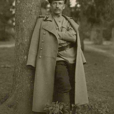 """Jurgis Šlapelis, grįžęs po karo. 1918 m. Antroje nuotraukos pusėje Marijos Šlapelienės ranka pieštuku užrašyta – """"Tėvelis grįžo po karo. 1918 m. D-ras Jurgis Šlapelis"""". Prasidėjus Pirmajam pasauliniam karui, Jurgis Šlapelis buvo mobilizuotas kaip atsargos gydytojas."""