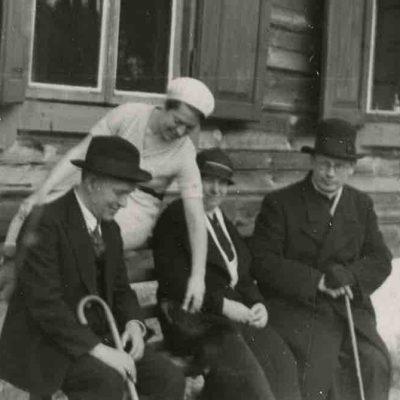Marija, Jurgis ir Gražutė Šlapeliai su kunigu Kristupu Čibiru Valakampiuose. 1936 m. Prie Šlapelių šeimos vasarnamio Valakampiuose sėdi (iš kairės) Jurgis Šlapelis, Gražutė – ant suolo atlošo persisvėrus, Marija Šlapelienė ir kunigas Kristupas Čibiras.