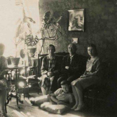 Šlapelių šeima savo namuose, Pilies g. 40..