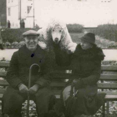 Marija ir Jurgis Šlapeliai Bernardinų sode. 1938 m. Gyvendami netoliese, Pilies g. 40, Šlapeliai dažnai ateidavo pasivaikščioti į Bernardinų sodą.