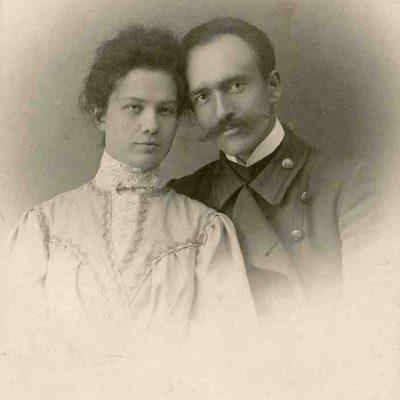 """Romantiška jaunos poros – Marijos ir Jurgio Šlapelių – nuotrauka, daryta 1905 m. rugsėjo 12 d., savaitę po vestuvių. Kitoje pusėje M. Šlapelienės įrašai mėlynu rašalu: """"Marija Piaseckaitė ir Jurgis Šlapelis – studentas. Šlapeliai po vestuvių, 1905.IX.4. ir atidarę knygyną 1906.II.6."""""""