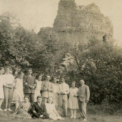 1929 m. pulkas studentų – lietuvių ir ukrainiečių – ekskursijos į Trakus metu nusifotografavo prie pilies griuvėsių. Gražutė (stovi penkta iš kairės) ir Laimutė (stovi ketvirta iš dešinės) Šlapelytės tuo metu studijavo Vilniaus universitete. Antras iš kairės stovi Povilas Čibiras (vienas Vilnijos draugijos steigėjų, puoselėjo lietuvybę Vilniaus krašte. 1937 m. baigė Vilniaus universitete mediciną, kur vėliau daug metų dėstė. Parazitologijos pradininkas Lietuvoje, ilgą laiką vadovavo Infekcinių ligų katedrai).