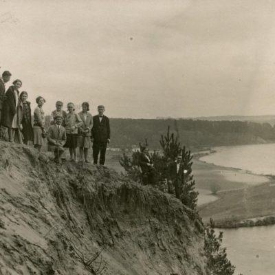 Laimutė ir Gražutė Šlapelytės studentų ekskursijoje po Vilniaus apylinkes, 1929 m.