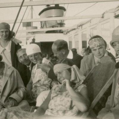 1929 m. Gražutė (centre, pirmoje eilėje) ir Laimutė (antroje eilėje trečia iš kairės) Šlapelytės garlaiviu plaukia iš Nidos. Šalia Laimutės (iš dešinės) sėdi jos būsimasis sutuoktinis Kazimieras Graužinis.