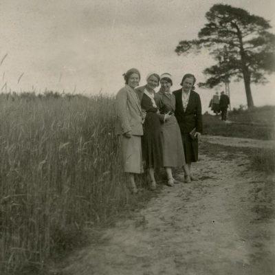 Laimutė ir Gražutė Šlapelytės su dviem draugėmis Švenčionyse, 1932 m. Iš kairės: Laimutė Graužinienė, O. Perednaitė, Gražutė Šlapelytė ir P. Cicėnaitė.
