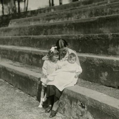 """Laimutė Graužinienė su dukrelėmis Laimute ir Nijole Romoje, 1934 m. Nuo 1932 m. ten rezidavo Lietuvos Respublikos laikinasis reikalų patikėtinis prie Šv. Sosto Kazys Graužinis su šeima. Kitoje pusėje Laimutė juodu rašalu užrašiusi sveikinimą savo mamai Marijai Šlapelienei: """"Visos trys sveikiname Motulę su Velykų šventėmis linkėdamos kuo daugiausia sveikatos ir gero ūpo. Bučiuojame karštai. Laimutės ir Nijolytė. Roma 1934-III-20 d.""""."""