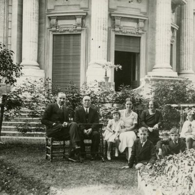 1934 m. prie Lietuvos ambasados Romoje, vadinamosios Villa Lituania, du Lietuvos politiniai veikėjai ir diplomatai su savo šeimos nariais. Iš kairės: pirmas sėdi Voldemaras Vytautas Čarneckis, nepaprastasis pasiuntinys ir įgaliotasis ministras Italijoje (1925–1939 m.), šalia jo – Jurgis Šlapelis, atvykęs iš Lietuvos aplankyti dukters, greta sėdi Šlapelio duktė Laimutė Graužinienė su dukrele Laimute, šalia jos Eleonora Čarneckienė ir trys Čarneckių vaikai– Liučija, Algirdas ir Vytautas. Dešinėje stovi Kazys Graužinis – Lietuvos Respublikos laikinasis reikalų patikėtinis prie Šventojo Sosto.