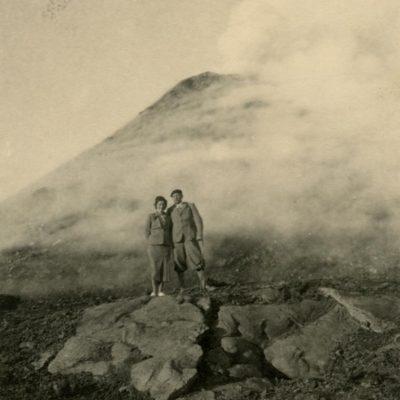 1935 m. Šlapelių dukra Laimutė Graužinienė su vyru diplomatu Kaziu Graužiniu keliauja po Italiją. Pora nusifotografavo Vezuvijaus ugnikalnio papėdėje.