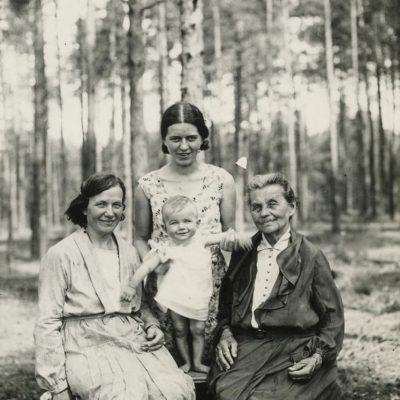 Valakampiuose: Eleonora Piaseckienė, Marija Šlapelienė, Laimutė Šlapelytė Graužinienė su dukrele Laimutyte, I931m.
