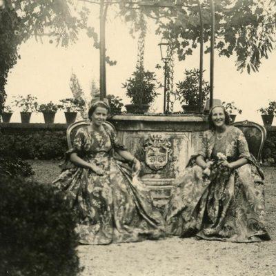 """Laimutė Graužinienė ir Eleonora Čarneckienė Romoje svečiuojasi pas grafus Pecci """"Carpineto Romano"""" pilyje, 1938 m. Moterys persirengusios pilies šeimininkų prosenelių kelių šimtų metų senumo suknelėmis. Kitoje nuotraukos pusėje juodu rašalu užrašyta: """"Šv. Tėvo Leono XIII gimtinė, – gimtoji pilis """"Carpineto Romano"""". Iš kairės – Laimutė. P.P. Ministrienės: Čarneckienė ir Graužinienė svečiuose pas grafus Pecci, tos pilies savininkus. Leono XIII-tojo pra-pra- bobučių rūbais apsitaisiusios, bent prieš 3400 metų siūtais. Carpineto Romano. 1938-XI-4d.""""."""