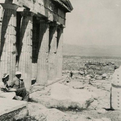 Laimutė su vyru Atėnuose, prie Akropolio Propilėjaus, 1937.
