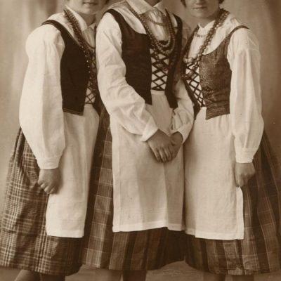 Trys tautiniais rūbais pasipuošusios merginos: viduryje Laimutė Šlapelytė, kairėje – Liusia Valterytė, dešinėje – Marytė Čenytė. 1928 m.