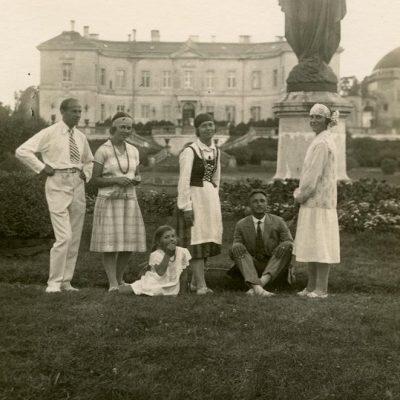 Laimutė ir Gražutė Šlapelytės Palangoje, Tiškevičių rūmų parke, 1927 m.