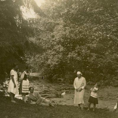Gražutė ir Laimutė Šlapelytės Palangoje, prie tvenkinio, 1927 m.