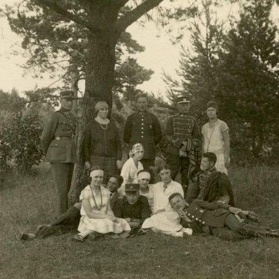 Laimutė ir Gražutė Šlapelytės simpatiškų karininkų draugijoje Palangoje, 1927 m.
