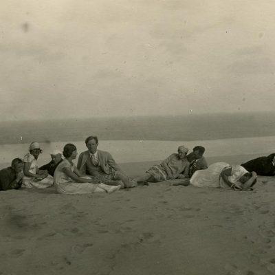 Laimutė ir Gražutė Šlapelytės su bičiuliais Nidos smėlyje, 1927 m. Laimutė sėdi antra iš kairės, Gražutė – ketvirta iš kairės.