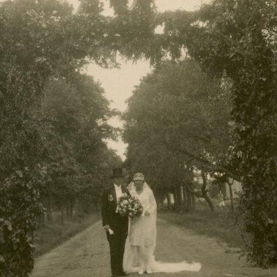 Laimutės Šlapelytės ir Kazio Graužinio sutuoktuvės Marciniškiuose, 1929 m. Jaunieji Laimutė Šlapelytė, tapusi Graužiniene, ir Kazimieras Graužinis įeina į Graužinių šeimos dvarą Marciniškiuose, kur kelias dienas vyko vestuvių iškilmės.