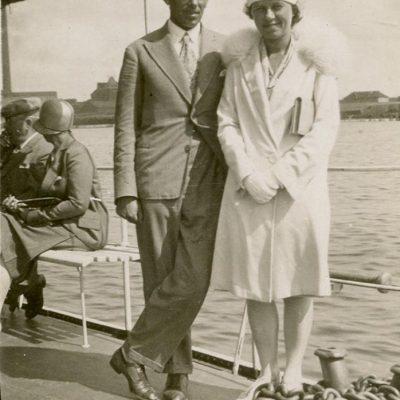 Sužadėtiniai Laimutė Šlapelytė ir Kazys Graužinis Palangoje, 1929 m. Sužadėtiniai Laimutė ir Kazys Graužinis prieš vestuves pajūryje, Palangoje.