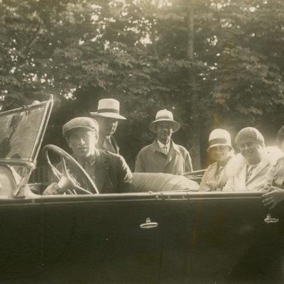 """Šlapelių vaikai automobilyje. 1927 m. Iš dešinės antras – Skaistutis Šlapelis, šalia jo – Gražutė ir Laimutė Šlapelytės. Nuotraukos antrojoje pusėje juodu rašalu užrašyta: """"Gerajai Gražutei nuo Negerojo majoro Balsio / 30-VII 1927 m."""""""