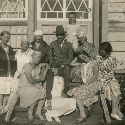 1928-ųjų liepą Šlapelienė su visais savo vaikais ir kitais giminaičiais ilsėjosi Palangoje. Prie Žaliosios vilos: iš dešinės pirma sėdi Gražutė, šalia jos – sesuo Laimutė, virš kurios, padėjusi ranką dukrai ant sprando sėdi Marija Šlapelienė. Pačiame viršuje stovi sūnus Skaistutis.