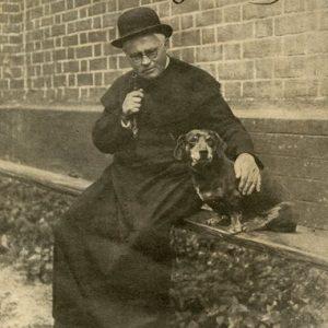"""Vaižganto fotografija su jo paties ranka rašytu užraš: """"Laimės ieškojau kitiems, o tapau laimingas pats. Vaižgantas, 1929."""""""