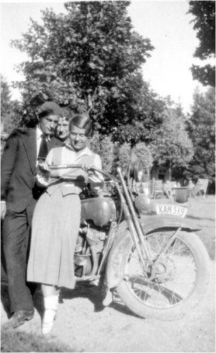 Gražutė Šlapelytė su dviem Palangoje vasarojančiais draugais nusifotografavo prie motociklo, 1933 m. Tais metais Gražutė dar studijavo Vilniaus universitete polonistiką ir lituanistiką bei dėstė Vytauto Didžiojo gimnazijoje.