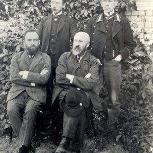 """""""Šaltinio"""" redakcijos 1909 m. liepos mėnesį organizuotas kalbininkų viešnagė Seinuose. Sėdi (iš kairės): Jonas Jablonskis, Jurgis Šlapelis. Stovi Juozas Balčikonis ir Kazys Būga. Marijos ir Jurgio Šlapelių namo-muziejaus archyvas. """"Šaltinis"""" spalio 5 d. (rugsėjo 22) d. Nr. 39 rašė, kad kalbininkai pasiskirstė darbais: J. Jablonskis rašo sintaksę, J. Šlapelis – gramatiką, o K. Būga –veikalą apie rašybą."""