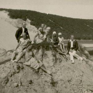 Šlapeliai ir K. Graužinis su draugija Nidos kopose. 1929 m. rugpjūčio 11 d. Šlapelių šeima atostogauja pajūryje. Nidos kopose nusifotografavo Marija Šlapelienė (sėdi pačiame priekyje), duktė Gražutė (sėdi antroje eilėje antra iš kairės), sūnus Skaistutis (sėdi antras iš dešinės), šalia jo, pirmas iš dešinės sėdi būsimasis Laimutės Šlapelytės sutuoktinis Kazys Graužinis.