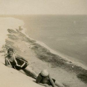 Marija Šlapelienė, Gražutė ir Skaistutis Nidos kopose. 1929 m. rugpjūčio 11 d. Marija Šlapelienė (viduryje) ir jos vaikai – duktė Gražutė ir sūnus Skaistutis.