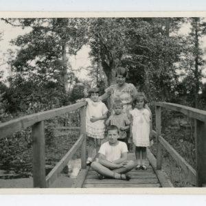 Skaistutis sėdi ant tiltelio. 1932 m. Nuotrauka daryta Valkininkuose, 1932 m. liepos 10 d. Už Skaistučio centre stovi Gražutė.