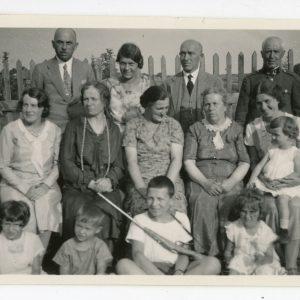 Šeimos susitikimas. Skaistutis su šautuvėliu ant kaklo. 1932 m. Nuotrauka daryta Valkininkuose, 1932 m. liepos 10 d., Piaseckų šeimos iškilmių proga. Sėdi iš dešinės: sesuo Laimutė su dukrele Laimute ant kelių, Šlapelienės sesuo Helena, Šlapelienės brolio Stanislovo žmona, Marija Šlapelienė, jos brolio Petro žmona Marija. Stovi iš dešinės: Šlapelienės brolis Stanislovas Piaseckas, Jurgis Šlapelis, Gražutė ir Šlapelienės brolis Petras Piaseckas.