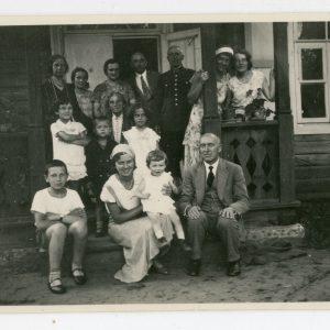 Šeimos susitikimas. Skaistutis su laikrodžiu ant rankos. 1932 m. Nuotrauka daryta Valkininkuose, 1932 m. liepos 10 d., Piaseckų šeimos iškilmių proga. Ta pati giminių grupė namo verandoje. Skaistutis sėdi kairėje ant laiptelio, išdidžiai pozuodamas su laikrodžiu ant rankos. Antroje eilėje, viduryje sėdi Skaistučio močiutė, Marijos mama – Eleonora Piasecka.