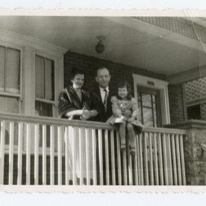 Skaistutis Čikagoje prie savo namo. 1956 m. Kartu su žmona ir dukrele Rasa.