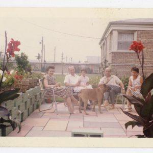 Skaistutis su šeima vieši pas draugus. 1959 m.