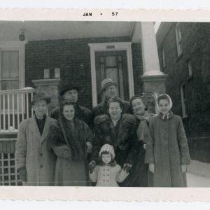 Skaistutis su giminaičiais. 1957 m. Fotografuota 1957 m. sausio mėnesį Čikagoje, prie Skaistučio šeimos namo. Iš kairės: Skaistutis, jo žmona Gabrielė, Gražutė už rankyčių laiko Raselę, šalia Marytė Sirutytė. Antroje eilėje, dešinėje stovi Gražutės vyras Aloyzas Sirutis.