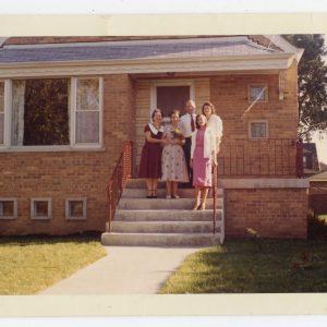 Skaistutis prie savo namo Čikagoje su seserimis Laimute ir Gražute. 1958 m.