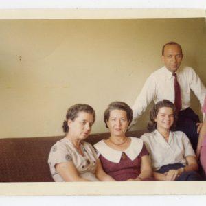 """Skaistutis su sesėmis Laimute ir Gražute. 1958 m. Kitoje nuotraukos pusėje Skaistučio užašyta: """"Išleistuvių vakarą""""."""