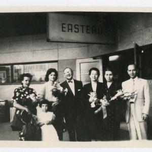 Susitikimas po 24 metų nesimatymo… Skaistutis su artimaisiais Čikagos oro uoste. 1958 m. Iš dešinės: Skaistutis, seserys Laimutė Graužinienė ir Gražutė Sirutienė, Aloyzas Sirutis, Milda Graužinytė ir Skaistučio žmona Gabrielė su dukrele Rasa.