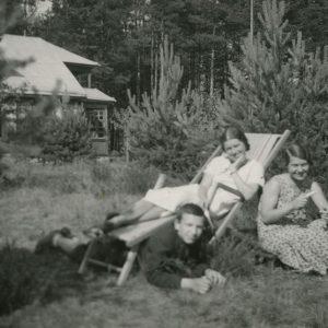 Šlapelių vaikai šeimos vasarnamyje Valakampiuose. 1932 m. Saulėkaitoje prie pušaičių įsitaisę ilsisi visi trys Šlapelių vaikai: pirma iš dešinės sėdi Gražutė, šalia jos – sesuo Laimutė Graužinienė, tuometinio prezidento Antano Smetonos sekretoriaus Kazio Graužinio žmona, ant žemės išsitiesęs sūnus Skaistutis.