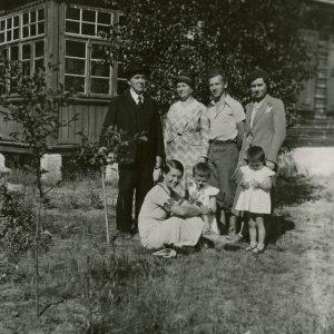 Šlapeliai su visais savo vaikais ir dviem anūkėmis prie vilos Valakampiuose. 1934 m. Visi Šlapeliai – ant žemės sėdi duktė Gražutė, stovi iš kairės pirmas – Jurgis Šlapelis, prie jo Marija Šlapelienė, šalia jos – sūnus Skaistutis, prie jo – vyresnioji duktė Laimutė, kurios vyras tuo metu jau ėjo Lietuvos laikinojo reikalų patikėtinio prie Šv. Sosto pareigas. Laimutė atvyko pasisvečiuoti į Lietuvą iš Romos su dviem dukrelėmis – vyresniąja Laimute ir mažesniąja Nijole.