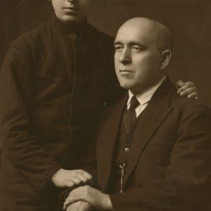 Jurgis Šlapelis su sūnumi Skaistučiu. 1939 m. Fotografas Leonard Siemaško. Jurgis Šlapelis su dvidešimtmečiu sūnum Skaistučiu. Tuo metu Skaistutis Vytauto Didžiojo universitete studijavo architektūrą.