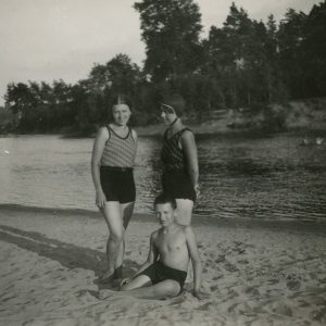 Šlapelių vaikai atėjo maudytis į Valakampių paplūdimį. 1932 m. liepos 7 d. Kairėje Laimutė, dešinėje Gražutė, ant smėlio sėdi Skaistutis.