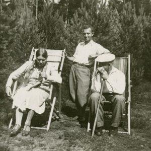 Jurgis ir Skaistutis Šlapeliai poilsiauja gamtoje. 1937 m.? Jurgis Šlapelis sėdi dešinėje, Skaistutis stovi. Fotografuota Valakampiuose, pušyne prie Šlapelių vasarnamio.