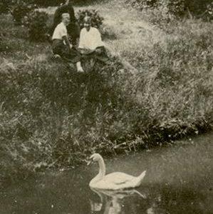 """Skaistutis Šlapelis su merginomis prie tvenkinio. ~1934 m. Kitoje nuotraukos pusėje Marijos Šlapelienės užrašyta mėlynu rašalu: """"Skaistutis sėdi pirmas iš kairės""""."""