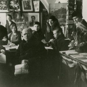 Marijos ir Jurgio Šlapelių knygyne. 1931 m. M. Šlapelienės lietuvių knygynas Dominikonų gatvėje veikė 1906–1949 m., per visas šešias Vilniaus okupacijas. Nuotraukoje antras iš kairės – Jurgis Šlapelis, šalia sėdi Marija Šlapelienė, toliau – jų sūnus Skaistutis.