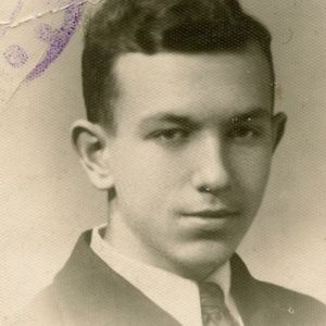 Skaistutis Šlapelis. 1935 m.?. Tuo metu Skaistutis mokėsi Vytauto Didžiojo gimnazijoje, kurią baigė ir abi jo seserys, o tėvas Jurgis Šlapelis dėstė lotynų ir lietuvių kalbas bei Lietuvos istoriją.